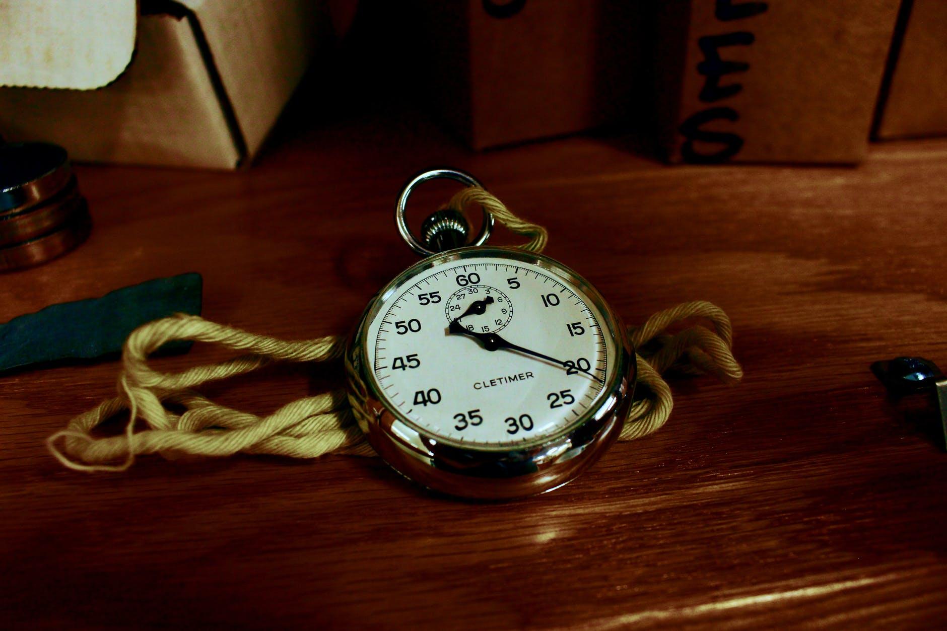 arloji dan serbuk kayu