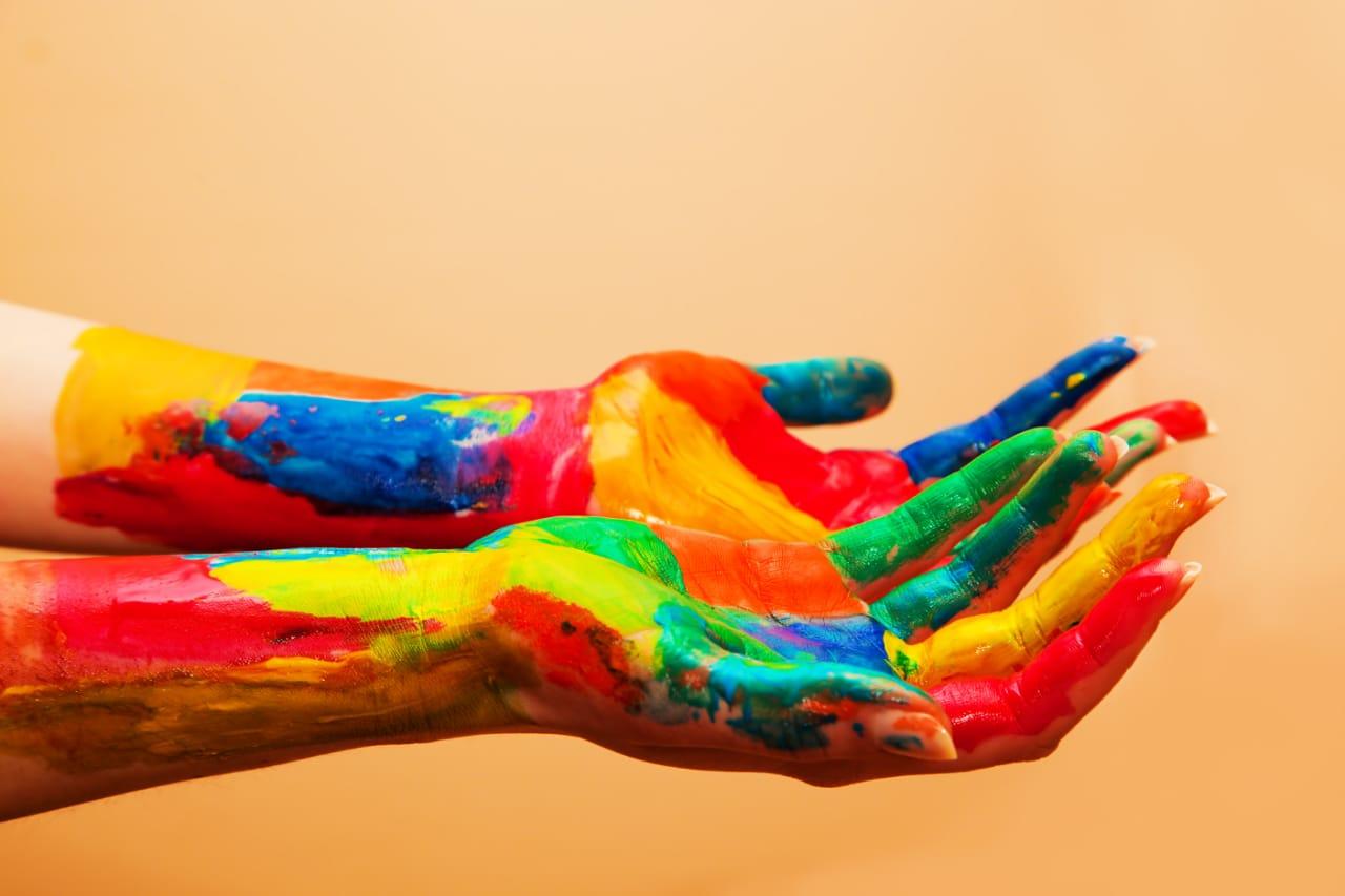Warna dapat memainkan peran penting dalam menyampaikan informasi secara nonverbal , menciptakan suasana hati tertentu, dan bahkan mempengaruhi keputusan yang dibuat orang. Oleh karena itu, penting untuk mengetahui apa arti warna dan respons apa yang dapat ditimbulkannya.